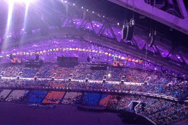 Всем болельщикам раздали светящиеся памятные медали. Вместе они будут образовывать триколор
