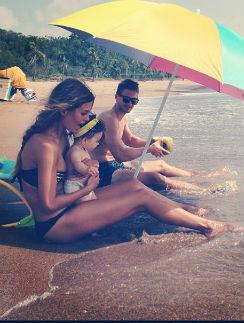 Семья наслаждается Тихим океаном