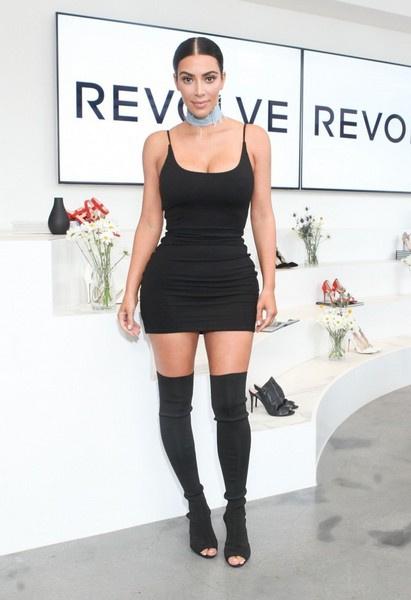 Ким Кардашьян часто сочетает высокие сапоги с мини-платьями