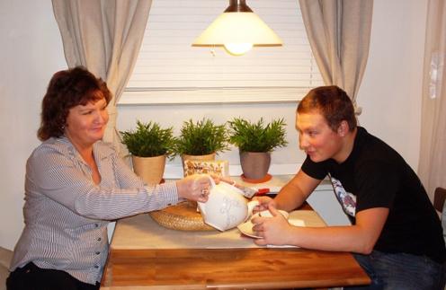 Максим с мамой в одном из кафе Москвы, 2009 год