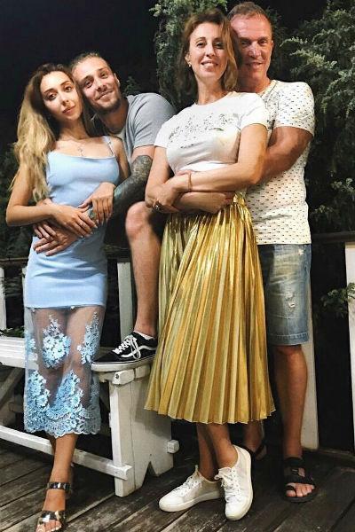 Виктор и Наталья часто проводят время с сыном Василием и его девушкой