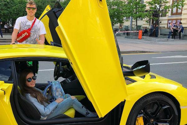 Также девочка обожает спортивные машины