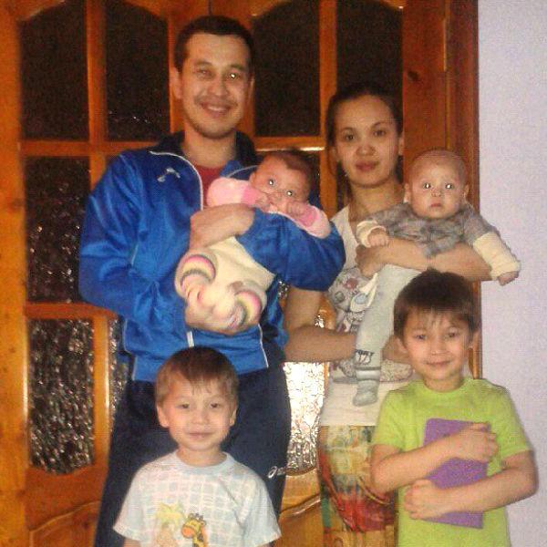 Данияр Алимбаев с семьей