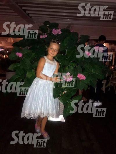 Маленькая Людмила Максакова принимает поздравления от гостей вечера