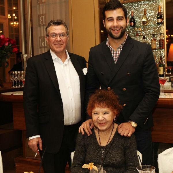 Андрей Ургант с сыном и матерью