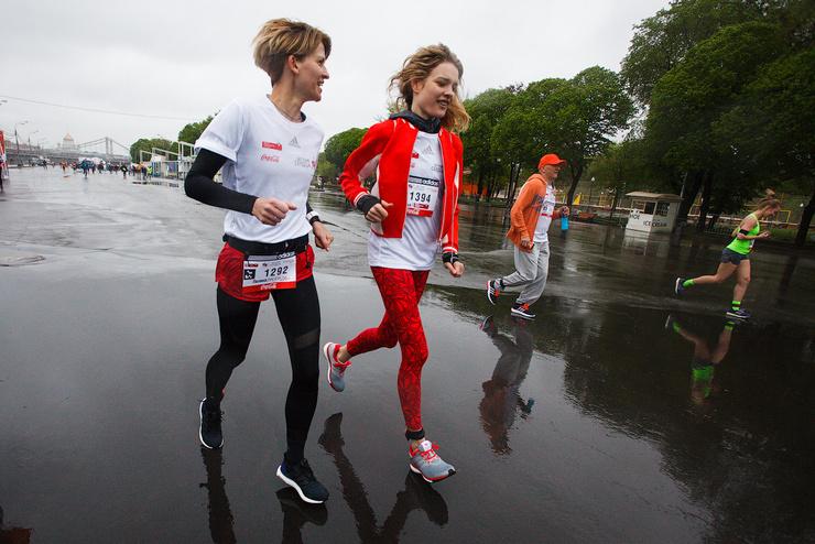 Полина Киценко и Наталья Водянова на дистанции