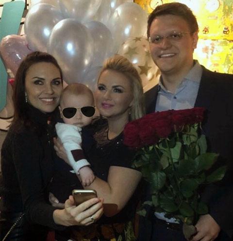 Надя Ручка с мужем Денисом Боярко, сыном Львом и Анной Семенович