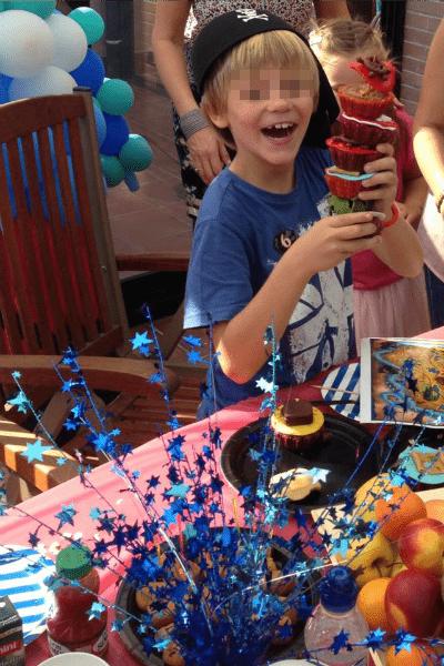 Мальчик несколько лет подряд отмечает день рождения в Испании