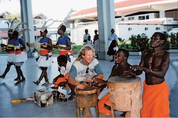 Крис Кельми испытывал страсть к ударным инструментам, Кения, 1997 год