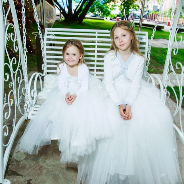 Супруги воспитывают дочерей Лидию и Веру