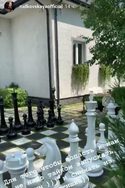 Участок украшает шахматный городок