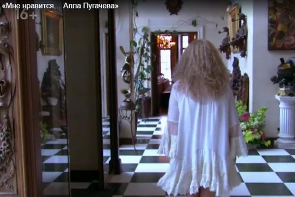 Алла Борисовна идет встречать гостей своего замка