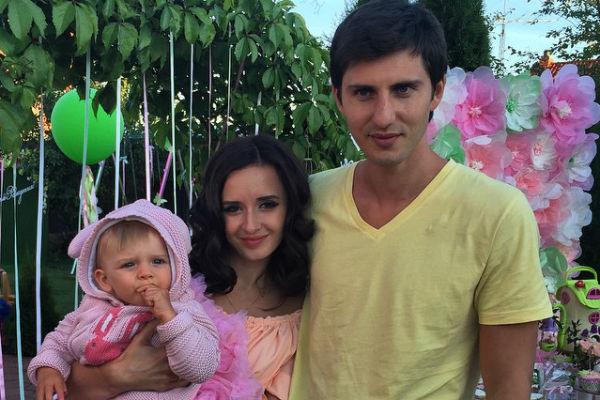 Маргарита Агибалова с дочкой Бэллой и мужем Павлом