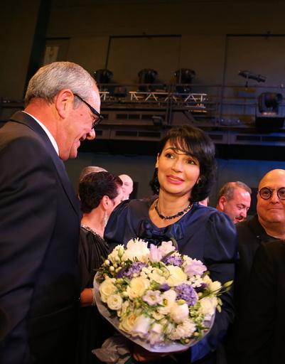 Вдова Александра Абдулова принимает цветы от гостей