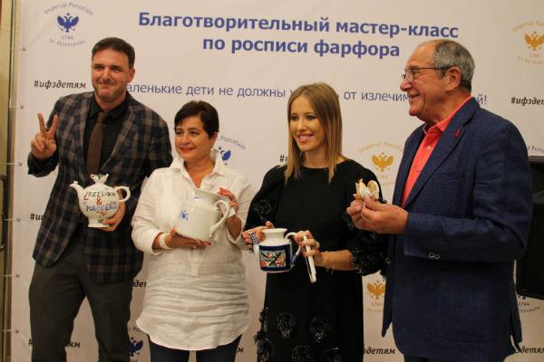 Максим Виторган, Ирина Млодик, Ксения Собчак и Эммануил Виторган на мастер-классе по росписи фарфора