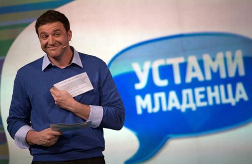 Максим Виторган дарит победителям мультиварки