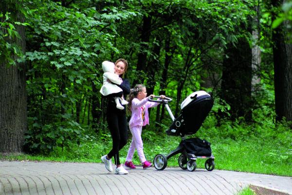 МакSим со старшей дочерью Сашей и младшей Машей любят проводить время на природе