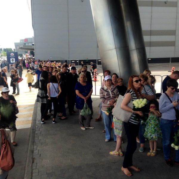 Очередь к концертному залу постепенно растет. Люди начали собираться задолго до начала траурной церемонии прощания