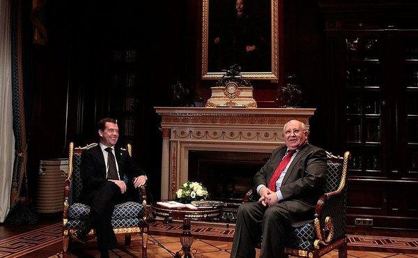 Дмитрий Медведев поздравляет Михаила Горбачева с 80-летием