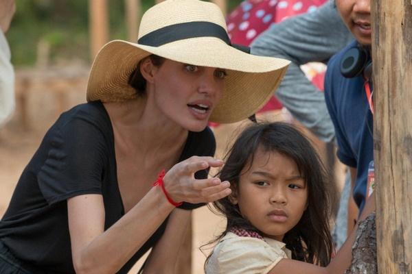 В прошлом году Джоли представила публике свой фильм «Сначала они убили моего отца», повествующий о правлении Красных Кхмеров в Камбодже