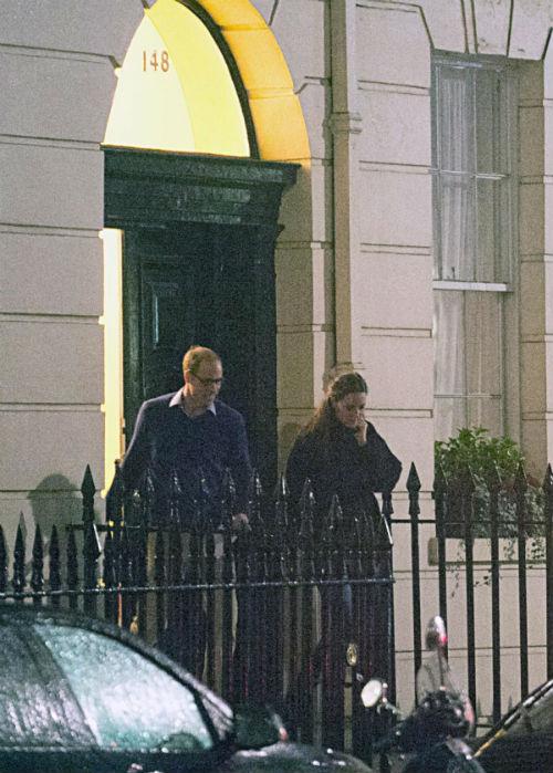 Уильям и Кейт выходят от врача
