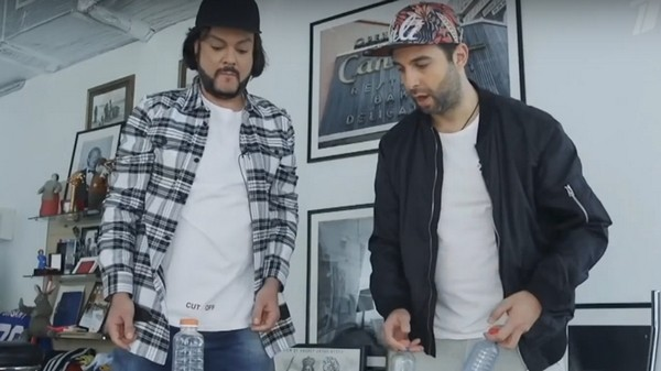 Филипп Киркоров и Иван Ургант выполняют трюки с бутылкой