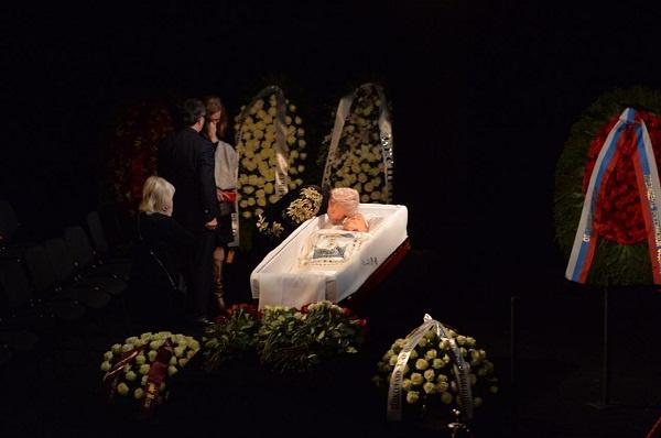 Присутствующие подходят к гробу с телом актера