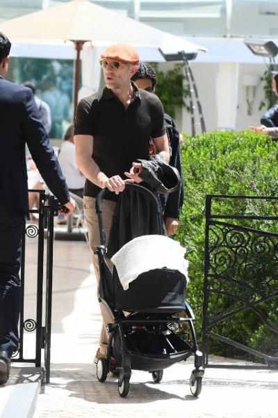 Актера часто видят на прогулке с малышкой