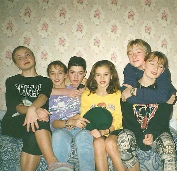 Кристина (в желтом, в центре) и Евгений Плющенко