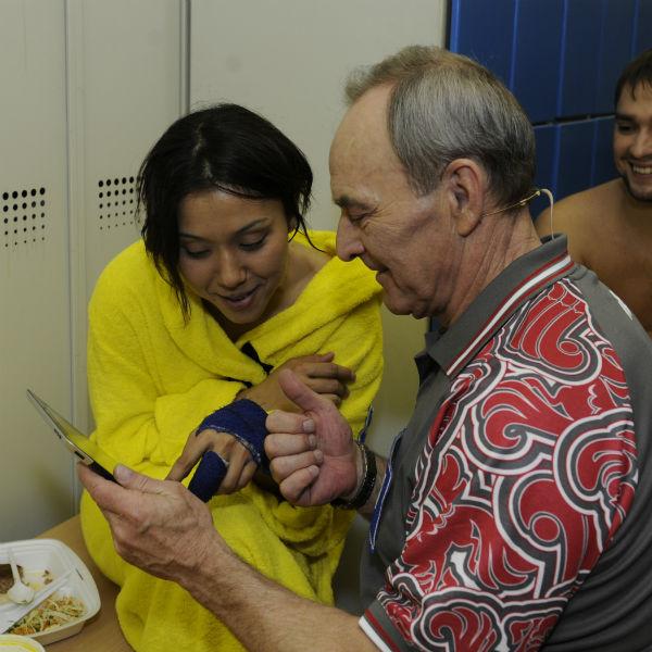 Севара сломала палец во время тренировки на батуте