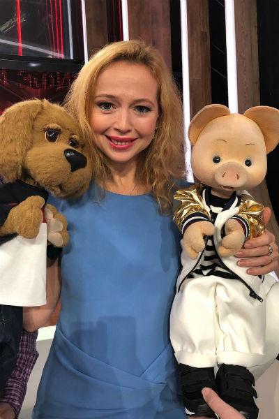 Помимо актерства Елена часто появляется на телевидении и занимается благотворительностью