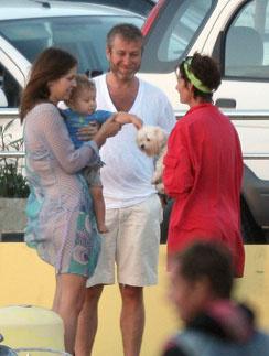 2010 год – парочка отдыхала вместе с сыном. Но и это не помешало провести вечеринку – на сцене выступала группа Black Eyed Peas