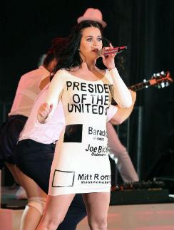 Кэти в платье - бюллетени на прошлой предвыборной компании Барака Обамы