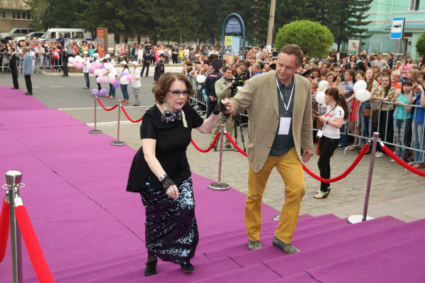 На Кинофестивале Андрей Соколов вел себя, как джентльмен: Ларису Голубкину под руку  вел по ковровой дорожке, а позже вечером  ухаживал за Аллой Суриковой