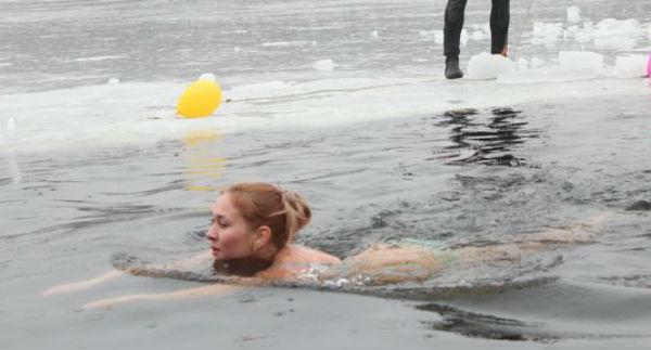 Каждый заплыв в ледяной воде длится не больше трех минут