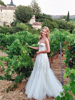 Елена Кулецкая позирует в свадебном платье на фоне виноградников Прованс