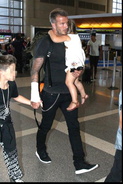 Дэвид Бекхэм с детьми в аэропорту Лос-Анджелеса