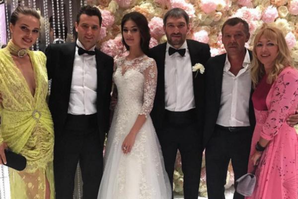 Роман Ротенберг и Галина Кеда (слева) на свадьбе Александра Овечкина и Анастасии Шубской
