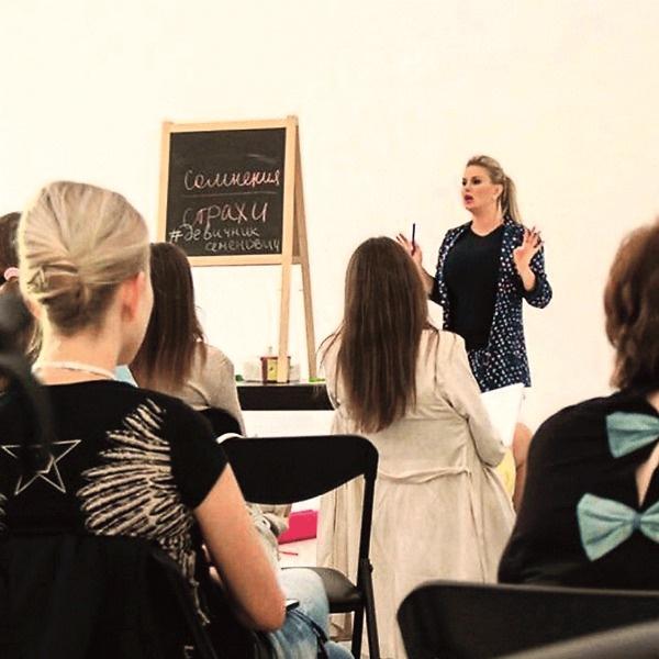 На семинарах Аня учит смотреть на жизнь позитивно