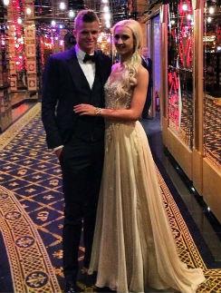 Оля с любимым мужем в том самом платье