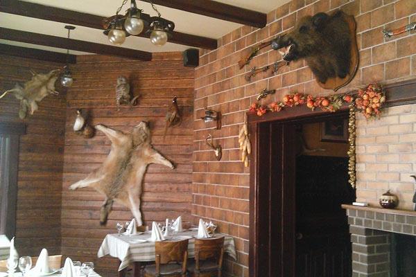 Зал богато декорирован охотничьими трофеями