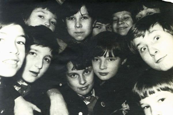 В школе будущий актер (в центре) не отличался тягой к учебе