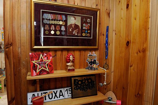 Богданов хранит награды деда на почетном месте