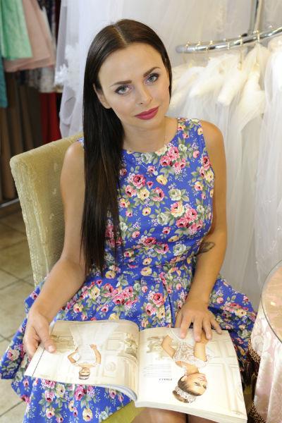 Виктории предстоит сделать непростой выбор - ей приглянулись сразу несколько моделей свадебногонаряда