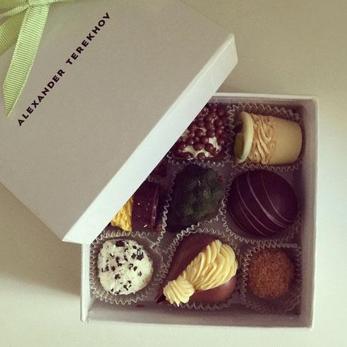 «Дорогой кутерье, вы издеваетесь!? Прощай талия», - так отреагировала на коробочку конфет в подарок Ольга Шелест