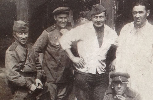 Дед Камиля Ларина (второй справа) кормил на войне и солдат, и генералов