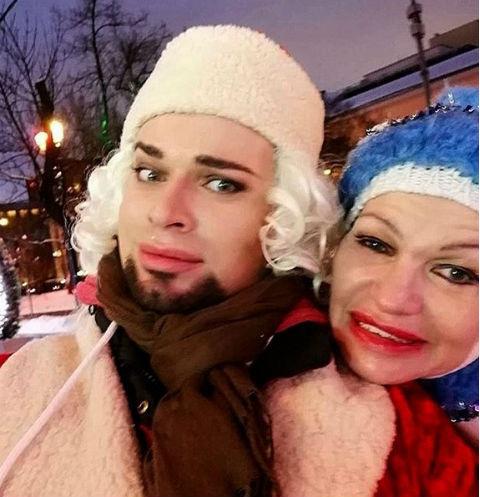 Гоген Солнцев встретил жену в образе Снегурочки