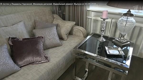 Столик около дивана был изготовлен в Голландии