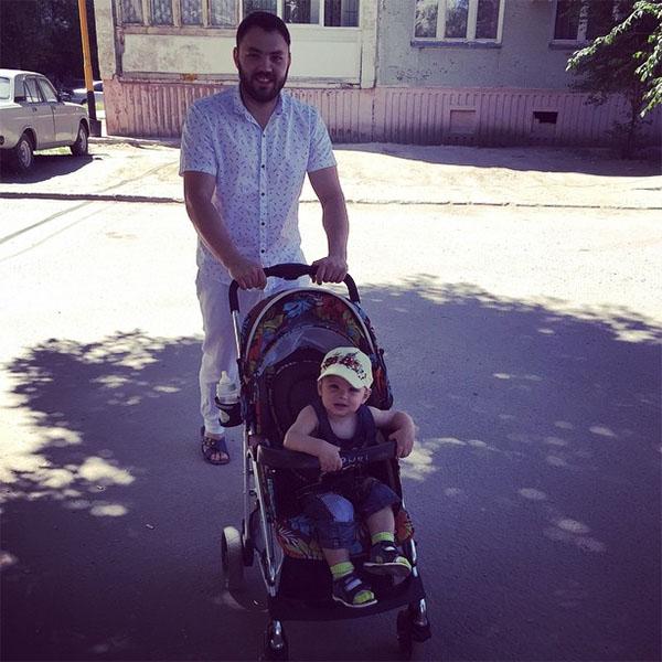 Саша с Робертом на прогулке в Волгограде