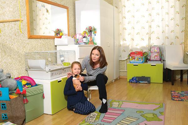 Детскую оформили в белых тонах. В этой комнате с дочкой живет морская свинка по кличке Джейк